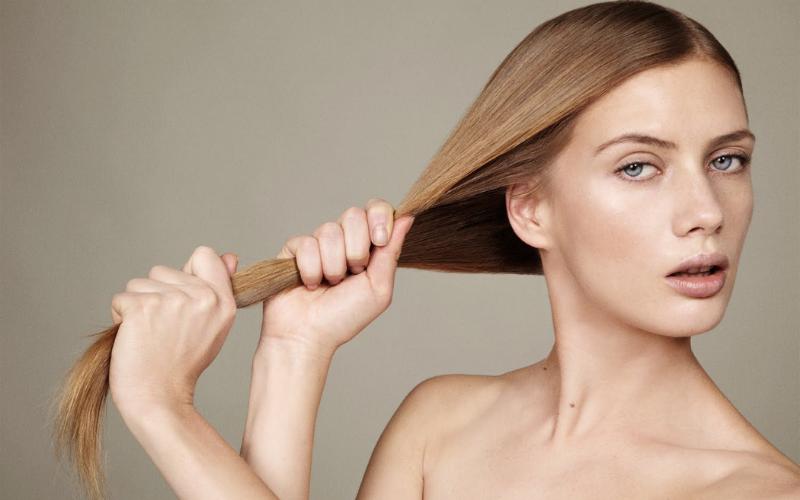 naturalna blondynka ciągnie swoje włosy